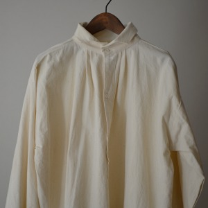 Gallego Desportes  antik style linen shirt with wave collar