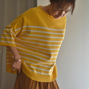 Large sweater small sleeves, yellow strips